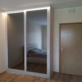 Raamuksed halli peegliga ja LED-ribaga iluliistul